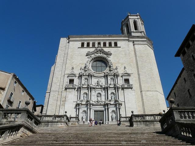 Escalinata y fachada de acceso a la Catedral de Santa María de Girona
