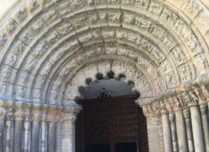 Entrada de la Iglesia del Crucifijo, en Puente La Reina