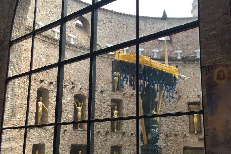 Vista del patio del Museo Dalí desde el escenario