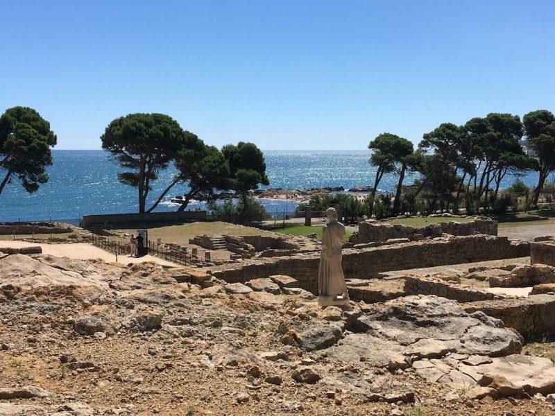 Asclepi a Empuries mirant el Mediterrani a la Costa Brava